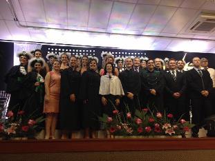 A imagem pode conter: 20 pessoas, pessoas sorrindo, pessoas em pé e área interna