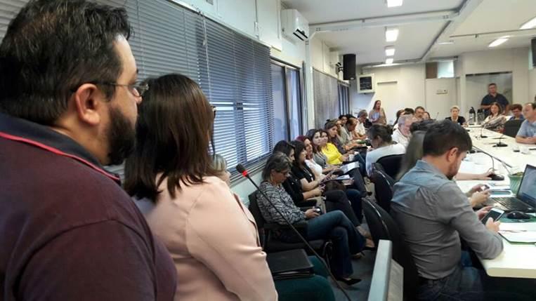 A imagem pode conter: uma ou mais pessoas e pessoas sentadas