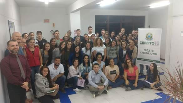 A imagem pode conter: 28 pessoas, pessoas sorrindo, pessoas sentadas e área interna