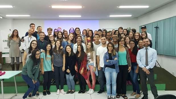 A imagem pode conter: 31 pessoas, pessoas sorrindo, pessoas em pé e área interna