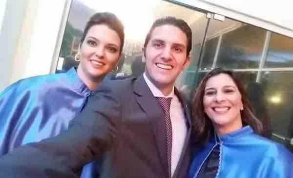 A imagem pode conter: 3 pessoas, pessoas sorrindo