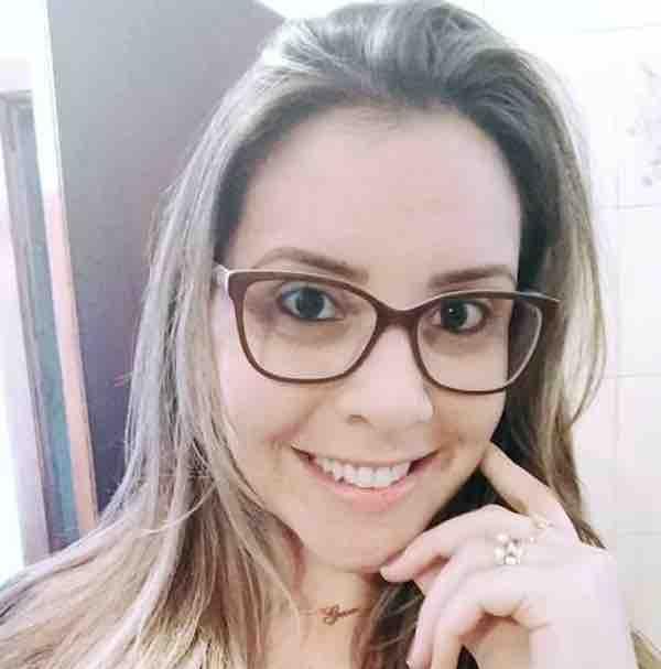 A imagem pode conter: 1 pessoa, sorrindo, óculos e close-up