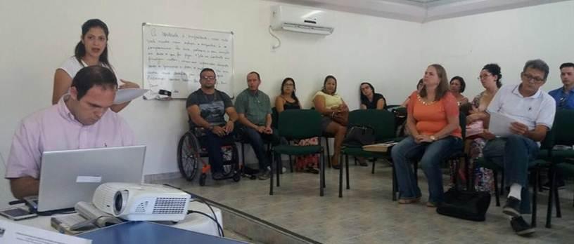 A imagem pode conter: 4 pessoas, pessoas sentadas e área interna