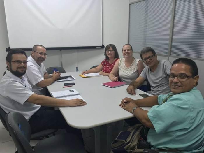 A imagem pode conter: 6 pessoas, pessoas sorrindo, pessoas sentadas e área interna