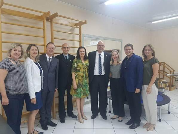 A imagem pode conter: 9 pessoas, pessoas sorrindo, pessoas em pé