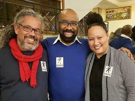 A imagem pode conter: 3 pessoas, pessoas sorrindo, pessoas em pé e barba