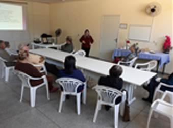 A imagem pode conter: pessoas sentadas, mesa e área interna