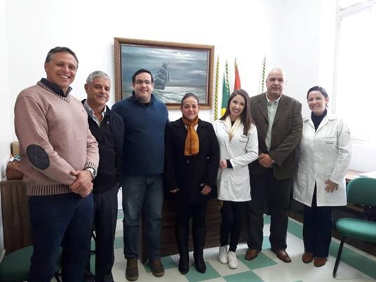 A imagem pode conter: 7 pessoas, pessoas sorrindo, pessoas em pé