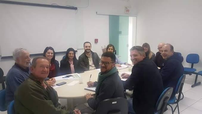 A imagem pode conter: 6 pessoas, pessoas sorrindo, pessoas sentadas